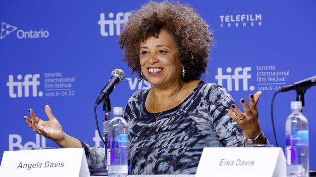 Quarante ans après le retentissant acquittement d'Angela Davis pour enlèvement, meurtre et conspiration, un documentaire présenté en avant-première au festival de Toronto raconte comment cette jeune professeur afro-américaine de philosophie est devenue une icône politique dans les années 70. [GETTY IMAGES NORTH AMERICA]