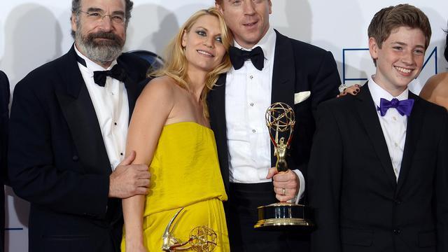 L'équipe de Homeland pose à l'issue de la cérémonie de remise des Emmy Awards, l 23 septembre 2012 à Los Angeles [Kevork Djansezian / Getty Images/AFP]