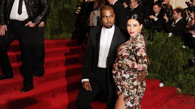 La star américaine de télé-réalité, Kim Kardashian (d), avec le chanteur Kanye West, le 6 mai 2013 à New York [Dimitrios Kambouris / Getty Images/AFP/Archives]