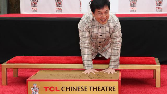 Jackie Chan pose ses empreintes dans le ciment du Chinese Theatre à Hollywood, le 6 juin 2013 [Frederick M. Brown / Getty Images/AFP]