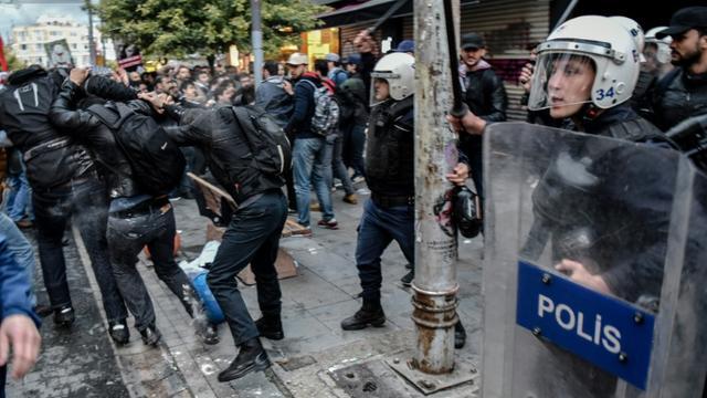 La police turque a fait usage de gaz lacrymogène et de balles en caoutchouc pour disperser une cinquantaine de membres de la communauté LGBT réunis près de la fameuse place Taksim d'Istanbul [OZAN KOSE / AFP/Archives]