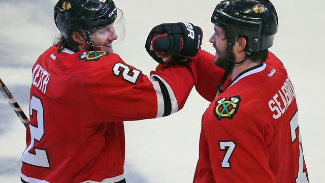 Brent Seabrook (d) et Duncan Keith des Blackhawks de Chicago après leur victoire à domicile contre les Red Wings de Detroit, le 29 mai 2013 [Jonathan Daniel / Getty Images/AFP/Archives]