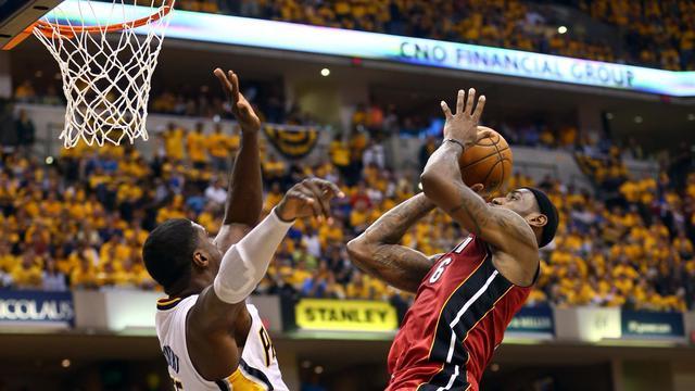 LeBron James des Miami Heat marquée par Roy Hibbert des Indiana Pacers, le 1er juin 2013 lors d'un match à Indianapolis [Ronald Martinez / Getty Images/AFP]