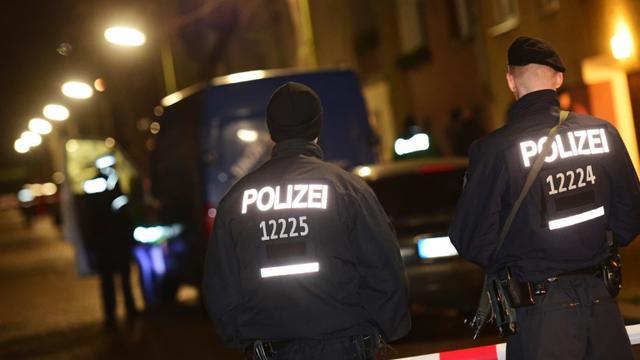 Des officiers de police allemands à Britz, dans la banlieue de Berlin, le 26 novembre 2015 [JOHN MACDOUGALL / AFP]