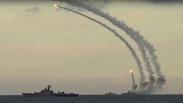 Capture d'écran publiée le 20 novembre 2015 par le ministère russe de la Défense et montrant des tirs de missiles contre le groupe de l'Etat islamique [- / RUSSIAN DEFENCE MINISTRY/AFP]
