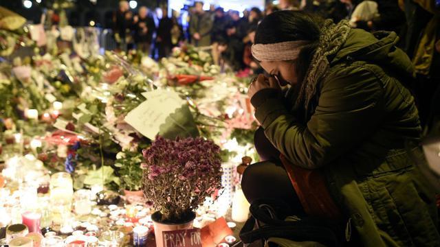 Une femme se recueille à proximité du Bataclan le 15 novembre 25015 à Paris [FRANCK FIFE / AFP]