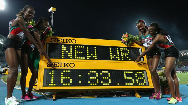 (de g à d) Irene Jelagat, Faith Kipyegon, Mercy Cherono et Hellen Obiri posent ensemble après avoir établi le record du monde du 4x1500 m, le 24 mai 2014 aux Mondiaux de relais à Nassau, aux Bahamas [Christian Petersen / Getty Images/AFP]