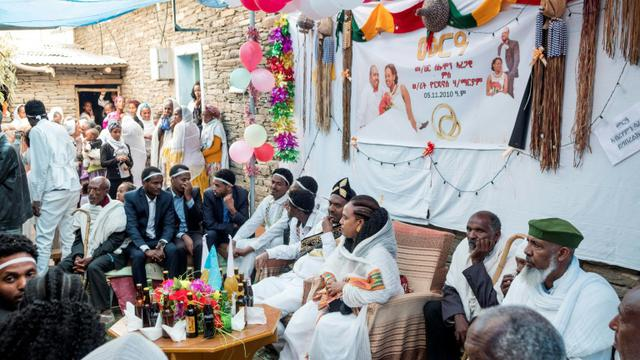 Le mariage de Solomon Aregawi et Yordanos H/Mariam dans la ville d'Alitena, le 12 juillet 2018.  A breakneck peace process between the former foes over the past six weeks hinges on Ethiopia's vow to finally abide by a 2002 United Nations ruling on the frontier, which states that Engal is in fact Eritrean. [Maheder HAILESELASSIE TADESE / AFP]