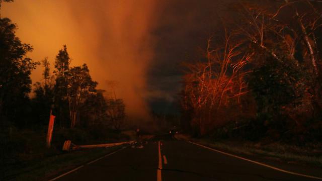 La lave sortant d'une fissure près du volcan Kilauea illumine la nuit hawaïenne, le 16 mai 2018 [MARIO TAMA / GETTY IMAGES NORTH AMERICA/AFP]