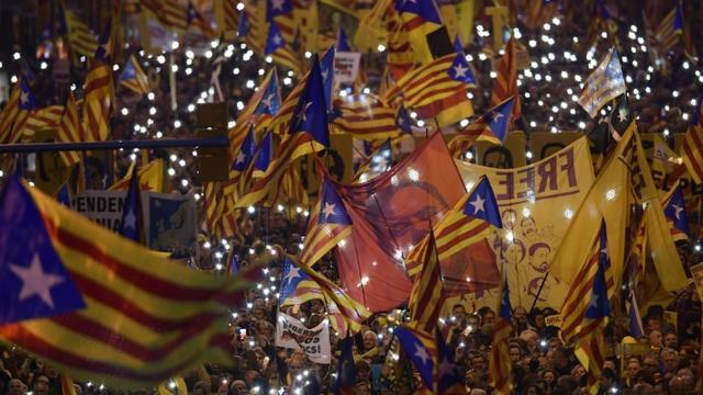Des manifestants brandissent des drapeaux catalans et le portrait d'Oriol Junqueras, l'ex-vice-président de Catalogne, le 16 février 2019 à Barcelone [LLUIS GENE / AFP/Archives]