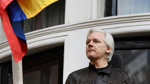 Le fondateur de Wikileaks  Julian Assange au balcon de l'ambassade d'Equateur à Londres, le 19 mai 2017 [Justin TALLIS / AFP/Archives]