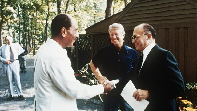 Jimmy Carter avec Anouar al-Sadate (à gauche) et Menahem Begin (à droite) le 6 septembre 1978 à Camp David  [ / FILES/CONSOLIDATED NEWS PICTURES/AFP]