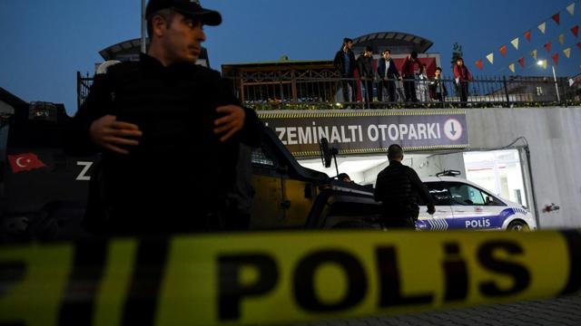 La police turque surveille le parking où une voiture abandonnée appartenant au consulat d'Arabie saoudite a été retrouvée, le 22 octobre 2018 [OZAN KOSE / AFP/Archives]