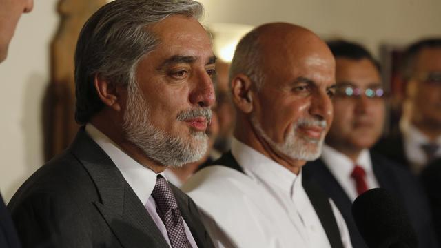 Les deux candidats rivaux à la présidentielle afghane Abdullah Abdullah (g) et Ashraf Ghani (d), lors d'une conférence de presse à Kaboul, le 12 juillet 2014 [Jim Bourg / Pool/AFP/Archives]