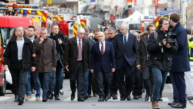 Le ministre de l'Intérieur Bernard Cazeneuve (c) arrive à Saint-Denis à l'issue d'une opération policière antiterroriste en lien avec les attentats de Paris, le 18 novembre 2015 [FRANCOIS GUILLOT / AFP]