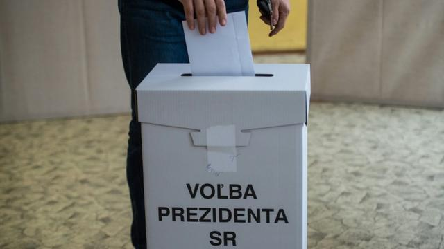 Une personne dépose son bulletin de vote lors de l'élection présidentielle, le 16 mars 2019 à Bratislava, en Slovaquie [VLADIMIR SIMICEK / AFP]