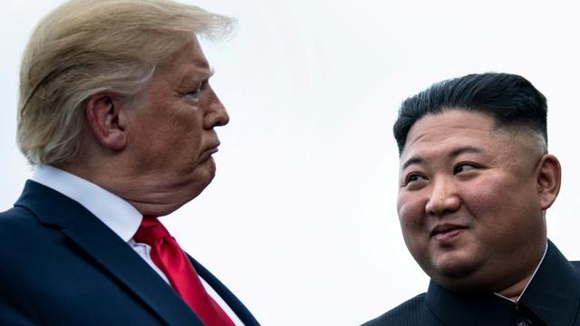 Donald Trump et Kim Jong Un lors de leur dernière rencontre, le 30 juin 2019, dans la zone démilitarisée entre les deux Corées [Brendan Smialowski / AFP/Archives]