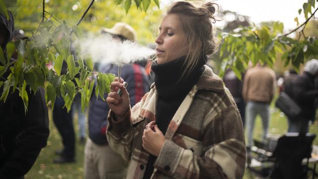 Une fumeuse de cannabis