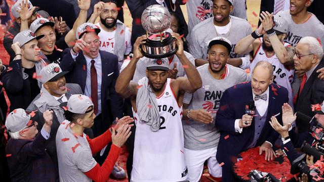 Kawhi Leonard et les Raptors après avoir gagné la finale de la conférence Est.