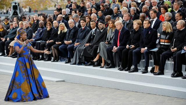 La chanteuse béninoise Angélique Kidjo chante devant les chefs d'Etat réunis à Paris pour le Centenaire de l'Armistice, le 11 novembre 2018 [Francois Mori / POOL/AFP]