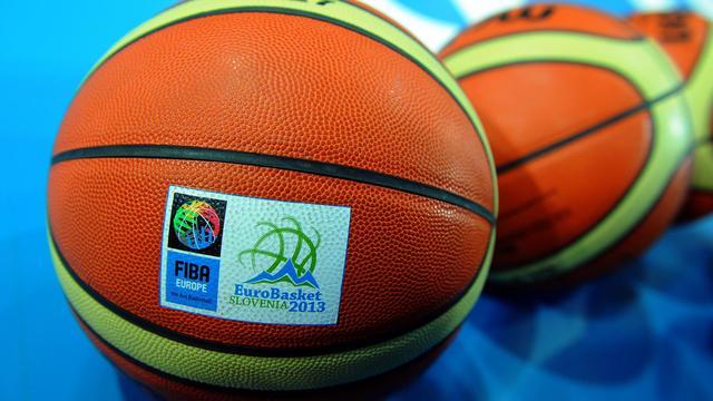 Le ballon officiel de l'Euro 2013, en Slovénie, avec le logo de la FIBA Europe, la fédération européenne de basket. Photo prise le 5 septembre 2013. [Andrej Isakovic / AFP/Archives]