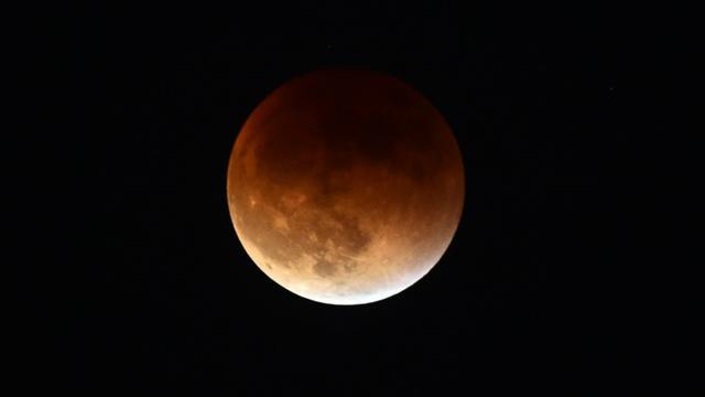 Une éclipse totale de super Lune observée depuis la vallée de San Gabriel, en Californie le 27 septembre 2015 [FREDERIC J. BROWN / AFP]