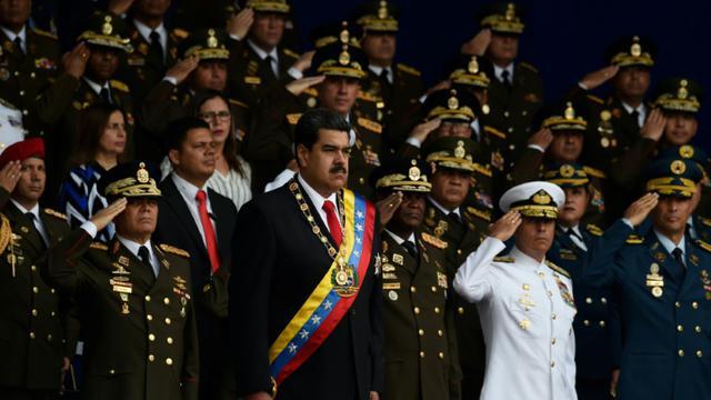 Le président vénézuélien Nicolas Maduro (c) lors d'une cérémonie militaire au cours de laquelle il est sorti indemne d'un attentat aux drones, le 4 août 2018 à Caracas [Juan BARRETO / AFP]