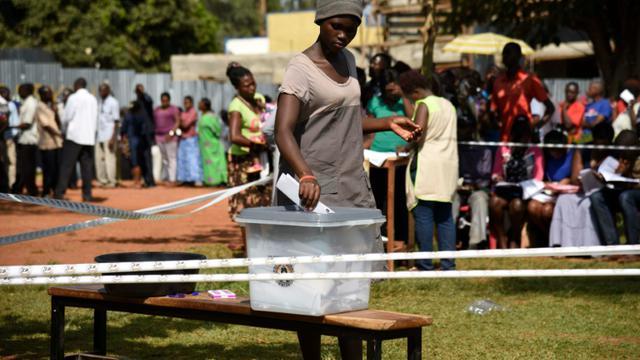Une Ougandaise dépose son bulletin dans l'urne le 18 février 2016 à Mukono [Isaac Kasamani / AFP]