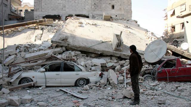 Photo des dégâts provoqués par des raids aériens attribués au régime syrien dans une localité de la Ghouta orientale, le 6 février 2018 [Hamza Al-Ajweh / AFP]