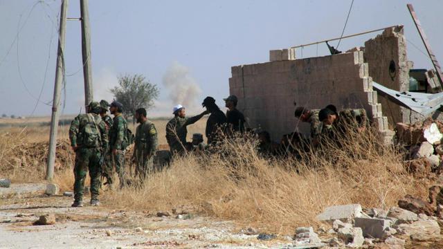 Des soldats du régime syrien patrouillent dans les environs de Alep le 16 octobre 2015 [GEORGE OURFALIAN / AFP]