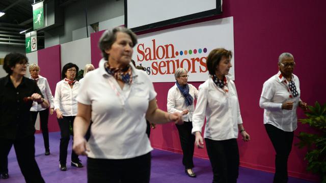 Des femmes participent à une danse à l'ouverture du Salon des seniors à Paris, le 9 avril 2015 [Stephane de Sakutin / AFP/Archives]