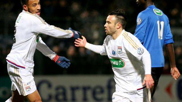Le Lyonnais Mathieu Valbuena congratulé par Corentin Tolisso après son but contre Chamby en Coupe de France, le 20 janvier 2016 à Beauvais [FRANCOIS NASCIMBENI / AFP]