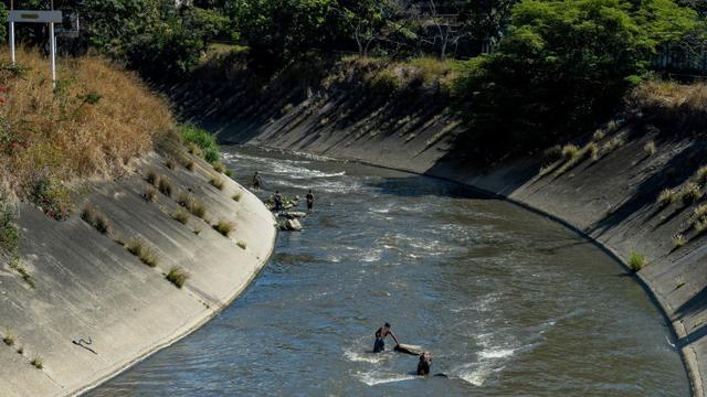 De jeunes Vénézuéliens dans les eaux sales du fleuve Guaire de Caracas au Venezuela, le 1er février 2018 [FEDERICO PARRA / AFP/Archives]
