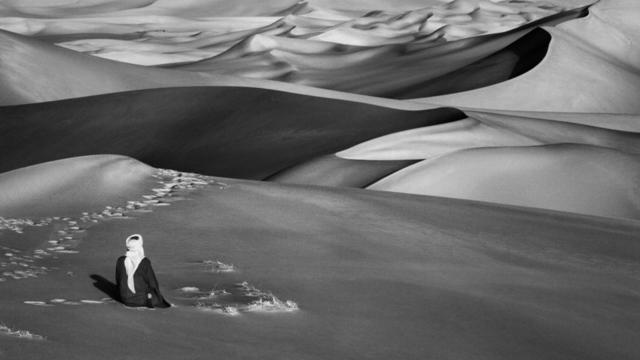 Moment de prière dans les grandes dunes de sable à Maor, Tadrart. Sud de Djanet. Algérie. 2009.