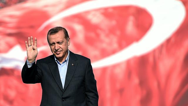 Le président turc Recep Tayyip Erdogan salue la foule rassemblée à Istanbul pour conspuer le PKK, le 20 septembre 2015 [OZAN KOSE / AFP]