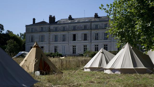 Des tentes devant le château de Millemont, dans les Yvelines, le 21 août 2015 [KENZO TRIBOUILLARD / AFP]