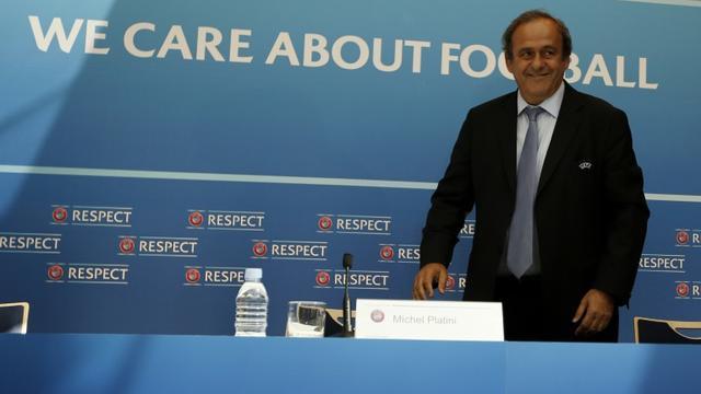Michel Platini s'installe pour une conférence de presse à l'issue du tirage au sort des poules de l'Europa League, le 28 août 2015 à Monaco [VALERY HACHE / AFP]
