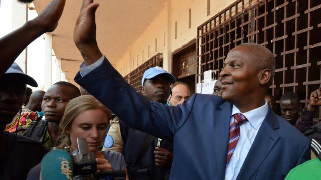 Le candidat à la présidentielle Centrafricaine, Faustin Archange Touadera, à la sortie d'un bureau de vote le 14 février 2016 à Bangui [ISSOUF SANOGO / AFP]