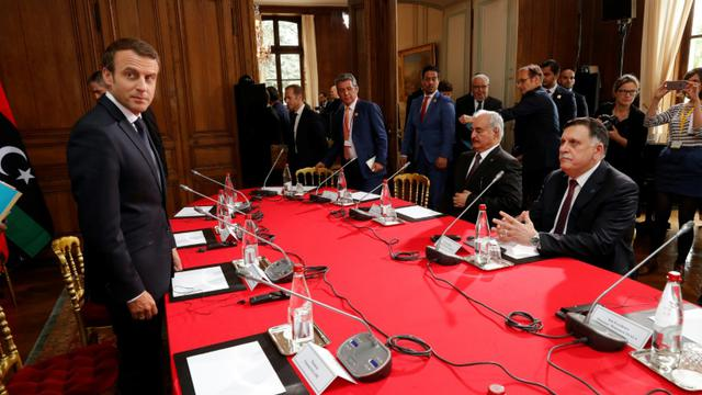 Le président français Emmanuel Macron reçoit le Premier ministre libyen Fayez al-Sarraj et Khalifa Haftar, le 25 juillet 2017 à La Celle-Saint-Cloud, près de Paris [PHILIPPE WOJAZER / POOL/AFP]