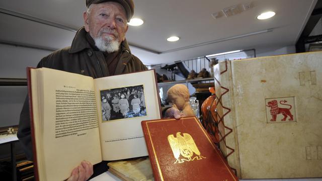 Présentation le 22 novembre 2013 à La-Roche-sur-Yon d'objets ayant appartenu à Hitler [Frank Perry / AFP/Archives]
