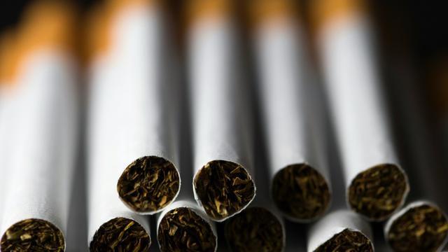 Les paquets de cigarettes neutres auront tous la même forme, la même taille, la même couleur et la même typographie, sans aucun logo [JOEL SAGET / AFP/Archives]