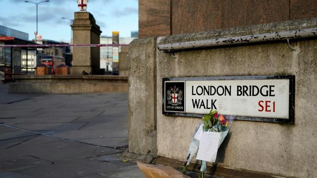 Des bouquets le 30 novembre 2019 près du London Bridge où un repris de justice jihadiste a tué à coups de couteau deux personnes à Londres  [Niklas HALLE'N / AFP/Archives]