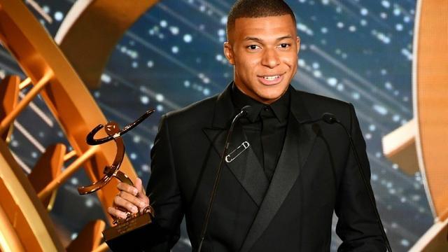 L'attaquant du PSG Kylian Mbappé meilleur joueur de L1 et meilleur espoir masculin lors de la cérémonie des trophées UNPF à  Paris le 19 mai 2019 [FRANCK FIFE / AFP]