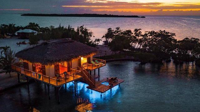Construite en bois sur pilotis, la maison peut accueillir, avec ses deux chambres et deux salles de bain, un total de quatre voyageurs.
