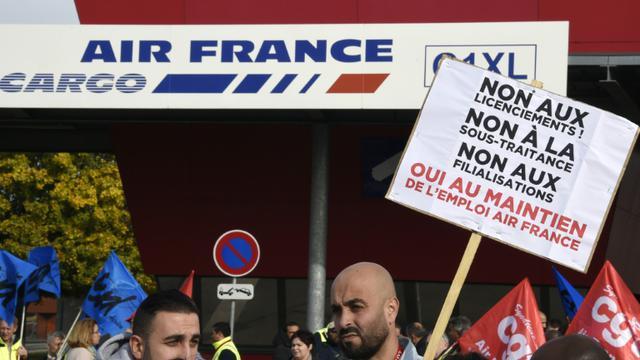 Des salariés d'Air France manifestent contre la garde à vue de plusieurs d'entre eux, le 12 octobre 2015 à Roissy-en-France [DOMINIQUE FAGET / AFP]