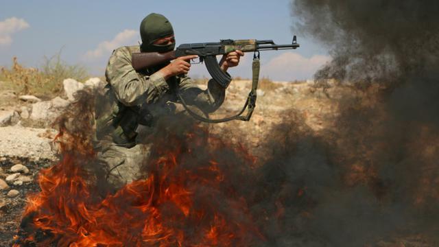 Un rebelle syrien, combattant au sein du Front national de libération (FNL) --une coalition de groupes rebelles formée début août-- lors d'un entraînement militaire dans le nord de la province syrienne d'Idleb, le 11 septembre 2018 [Aaref WATAD / AFP/Archives]