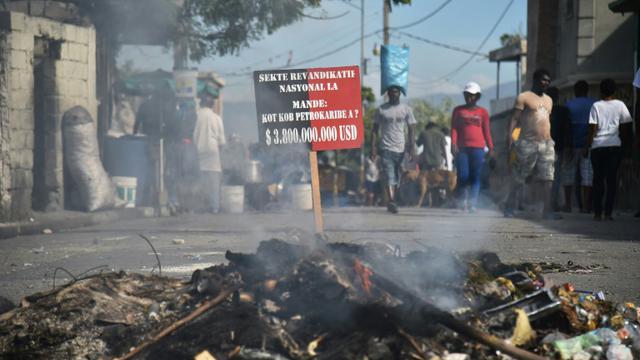 Des barricades érigées par des manifestants dans les rues de Port-au-Prince, le 21 novembre 2018 [HECTOR RETAMAL / AFP]