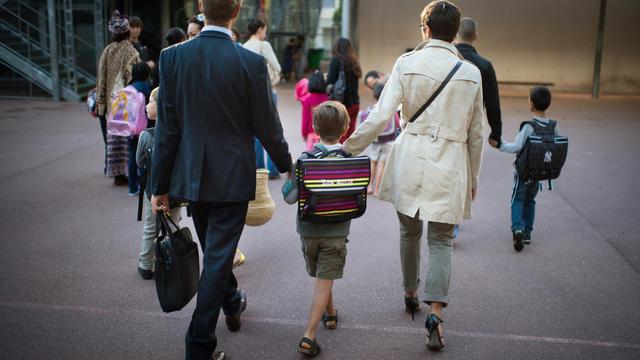Des parents accompagnent leur fils à l'école le jour de la rentrée scolaire le 3 septembre 2013 à Paris [Martin Bureau / AFP/Archives]