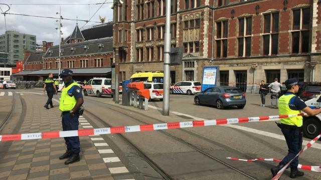 Un cordon policier devant la gare centrale d'Amsterdam, le 31 août 2018 [Germain MOYON / AFP]