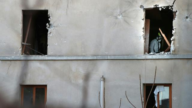Vue exrérieure en date du 18 novembre 2015 à Saint-Denis de l'immeuble dans lequel étaient retranchés des jihadistes dont Hasna Ait Boulahcen, soupçonnée d'avoir actionné son gilet d'explosifs lors de l'assaut  [JOEL SAGET / AFP]